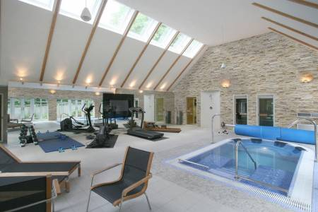 Mock stone walls give your swimming pool a luxury feel